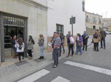 fuente hoy.es gente entrando en ayuntamiento de caceres